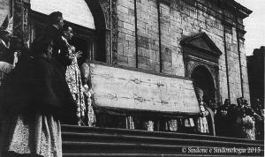 The Shroud shown to the crowd during the closing ceremony of the 1931 exhibition.